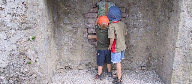 Burg Forchtenstein: Kinder bei der Burgmauer