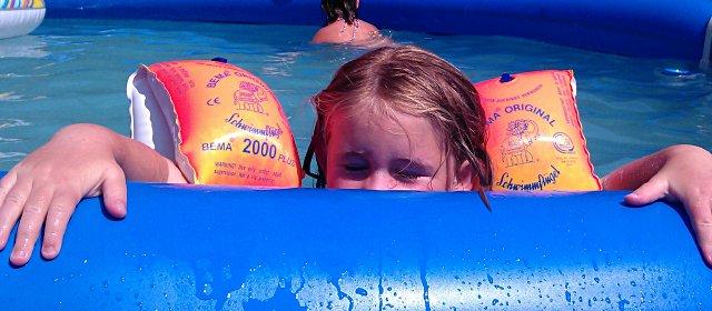 Kind im Wasser im Freibad Mattersburg