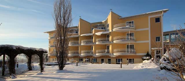 Außenansicht Hotel Almesberger im Winter