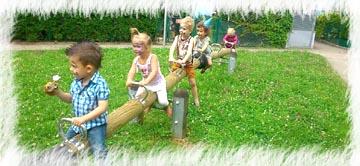 Kinder spielen auf einer Wippe bei einem Kindergeburtstag