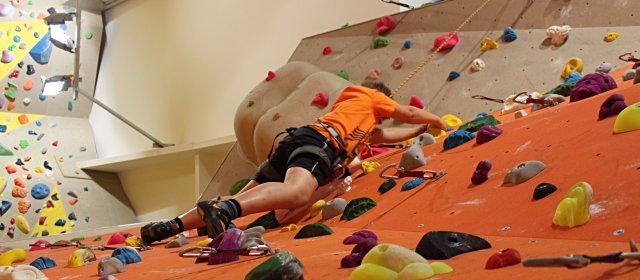 Kind beim Klettern  in der Kletterei in Klosterneuburg