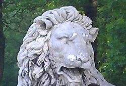 Löwenstatue im Schlosspark Laxenburg