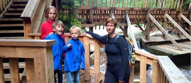 Familie bei der Besichtigung der Driftanlage im Wendlingtal