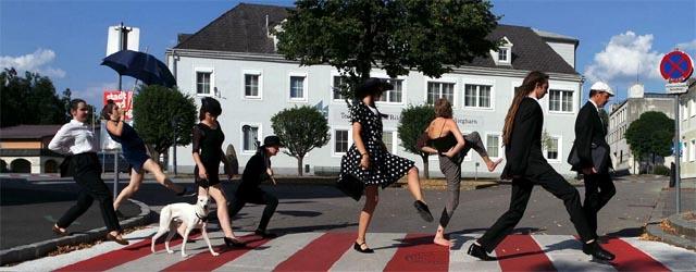 Künstler WALKEN über den Zebrastreifen