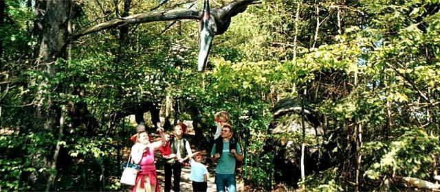 Flugsaurier über einer Familie am Hubhof in Aggsbach