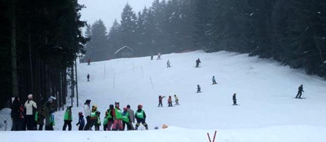 Kinder beim Schifahren am Maiswaldlift in Dobersberg