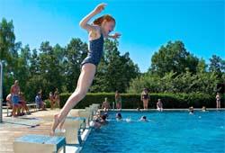 Mädchen springt in den Pool am Herrensee bei Litschau