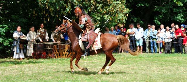 Hunnischer Reiter mit Pfeil und Bogen auf einem Pferd