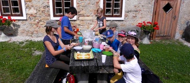 Kinder beim selbst gemachten Picknick zwischen Attersee und Traunsee