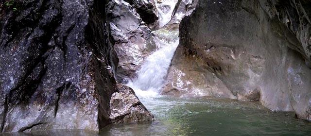 Ein kleiner Wasserfall in der Burgauklamm