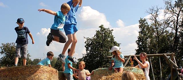 Kinder spielen bei der DoafRoas in Regau auf Strohballen