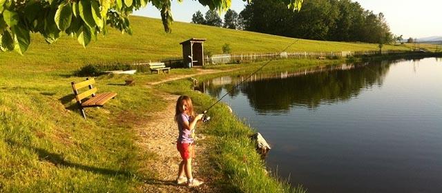 Kind fischt am Fischteich Huber
