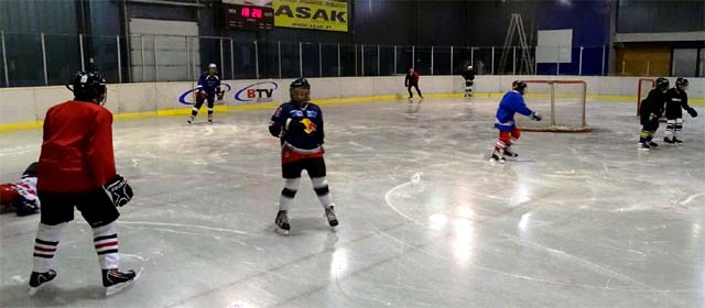 Eishockeytraining für Kinder in der Revahalle