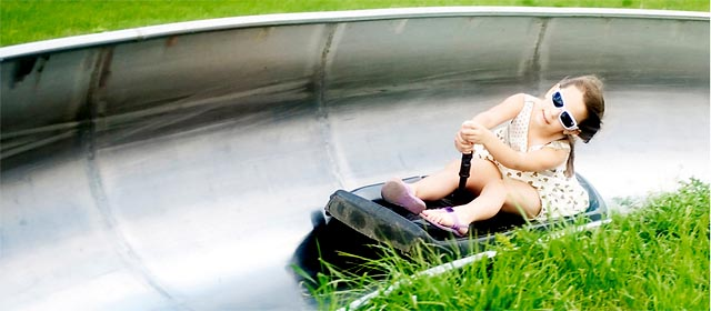 Kind im Kanal der Sommerrodelbahn in Haag am Hausruck