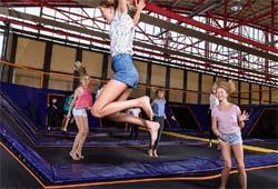 Kinder auf einem Trampolin im Jump25