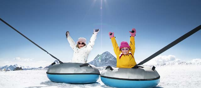 Kinder in Tubes auf dem Hintertuxer Gletscher im Zillertal