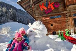 Kinder vor der Kinderkornkammer in Söll
