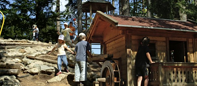 Kinder im Streichelzoo Moosalm am Lienzer Schlossberg