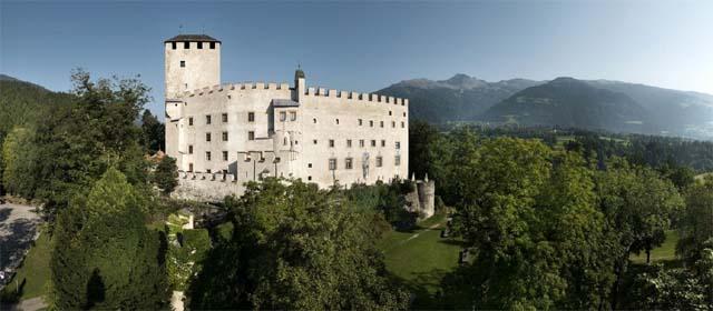 Außenansicht vom Schloss Bruck