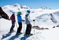 Schifahrer vor der Wildspitze am Gletscher im Pitztal