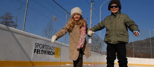 Kinder beim Eislaufen am Stella-Platz in Feldkirchen (Vorarlberghalle)