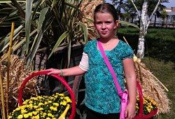 Mädchen bei den Blumengärten Hirschstetten in Wien