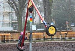 Kind auf Reifen-Karussell im Hügelpark in Wien