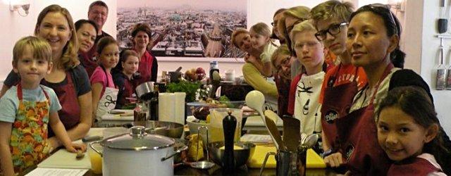 Kinder beim Kochkurs im Kochstudio die Pause in Wien