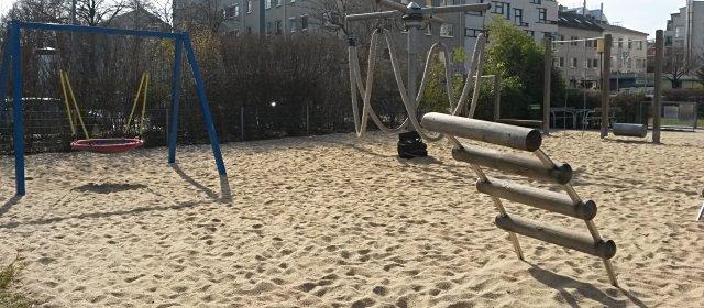 Spielplatz Jakob-Rosenfeld-Park in Wien: Lianenschaukel